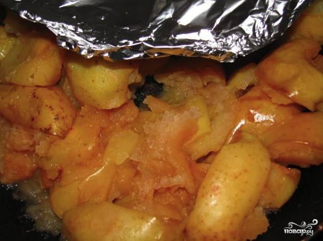 Подготовленные яблоки нужно выложить на противень, равномерно распределите их на нём. Закройте яблоки фольгой и отправьте в духовку, разогретую до 160 градусов. Запекайте яблоки около 20 минут, а затем переверните их на другую сторону, снимите фольгу и допеките ещё 10 минут.