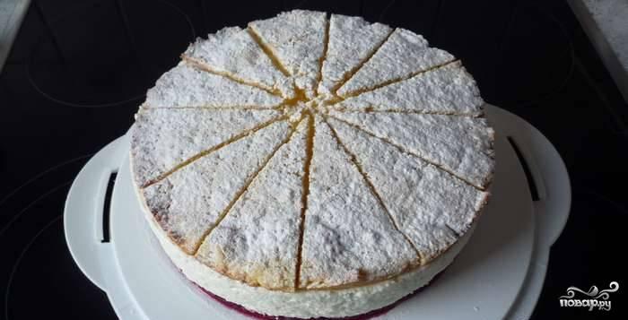 7. После того, как творожно-сливочная масса застынет, аккуратно освободите торт от бортов формы. Сверху выложите треугольники второго коржа и присыпьте сахарной пудрой.