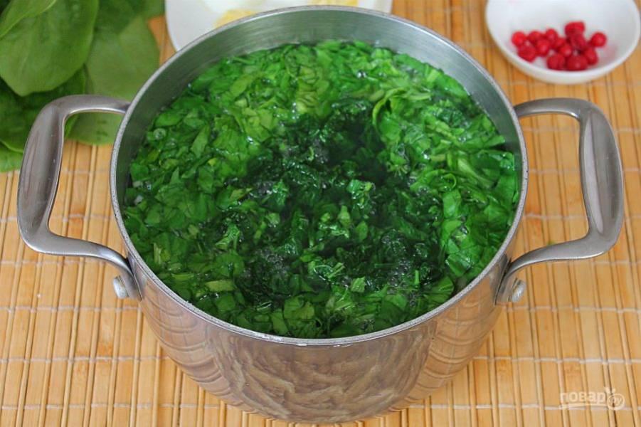 За пару минут до готовности в суп насыпаем шпинат и крапиву.