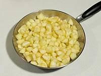 Яблоки потушите на сухой, чтоб они стали мягкими.