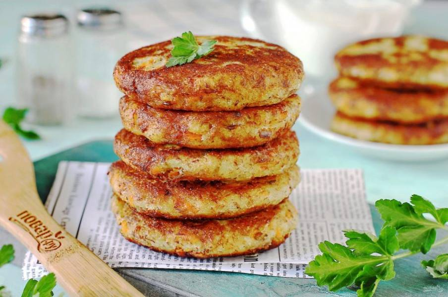 Котлеты из консервы с картошкой готовы. Подавайте их со сметаной или любым другим соусом по вкусу. Приятного аппетита!