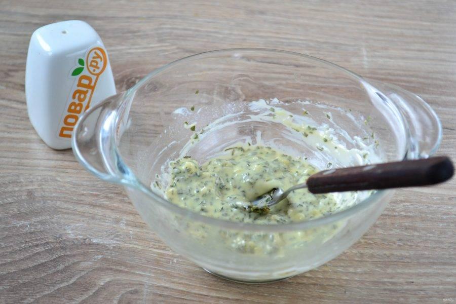Размягченное сливочное масло перемешайте с пропущенным через пресс чесноком и сушеной зеленью.