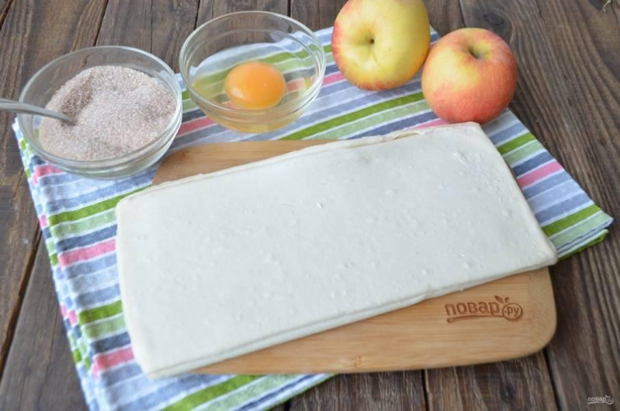 Подготовьте продукты, смешайте молотую корицу и сахар. Разморозьте тесто при комнатной температуре.