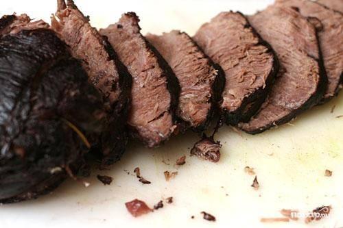 3. Убрать розмарин, лавровый лист и палочку корицы. Поставить кастрюлю на сильный огонь. Варить, пока соус не загустеет, около 10 минут. Добавить приправы по вкусу. Тонко нарезать мясо поперек волокон ломтиками толщиной 6 мм.