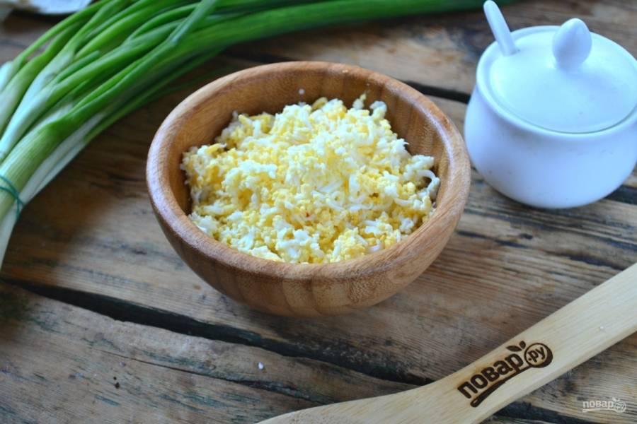 Яйца натрите на мелкой терке.