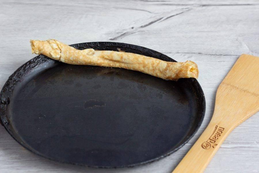 Готовый блин оставляем на краю сковороды.