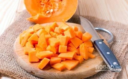 Также мелко нарежьте тыкву и морковь.