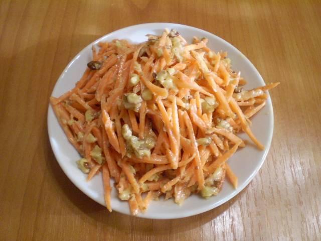 Готовый салат переложите на тарелочку и подайте на завтрак или на полдник.