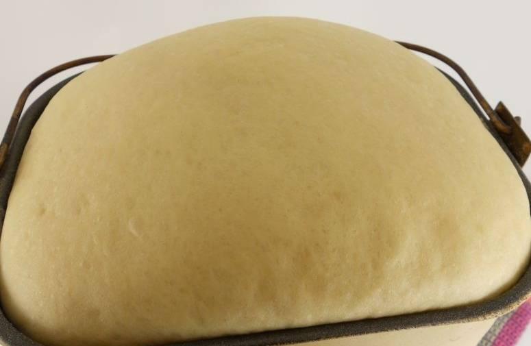 """Для начала приготовим тесто, для этого смешиваем сметану и теплую воду, добавляем яйца и взбиваем все вилочкой. Далее я готовлю тесто в хлебопечке, просто высыпаю все ингредиенты и включаю режим """"Тесто"""" (1,5 часа). Если же у вас нет хлебопечки, то можно приготовить все вручную. Просто добавляем в теплую воду дрожжи, немного сахара и муки, оставляем на 10 минут, а затем соединяем опару с остальными ингредиентами и замешиваем тесто, даем ему дважды подняться."""