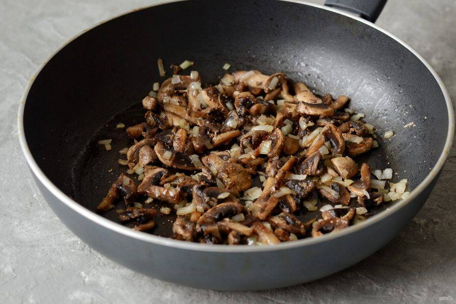 Затем добавьте жареные грибы. Посолите, приправьте перцем.