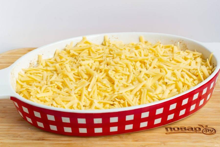 Посыпаем сыром и убираем в разогретую до 180 градусов духовку на 40-45 минут.