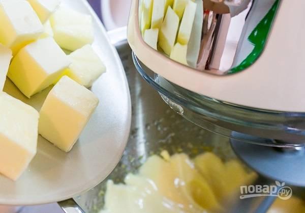 25. Продолжая взбивать, добавляйте сливочное масло. Для аромата добавьте щепотку ванилина.