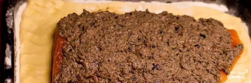 На семгу намазываем приготовленную нами пасту из тунца и оливок.