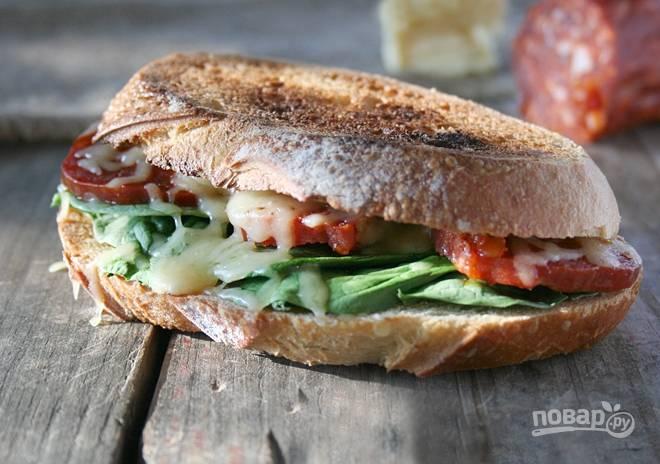 3.Накройте каждый бутерброд еще одним ломтиком хлеба и отправьте в духовку на 2 минуты, чтобы расплавился сыр. Подавайте их сразу.