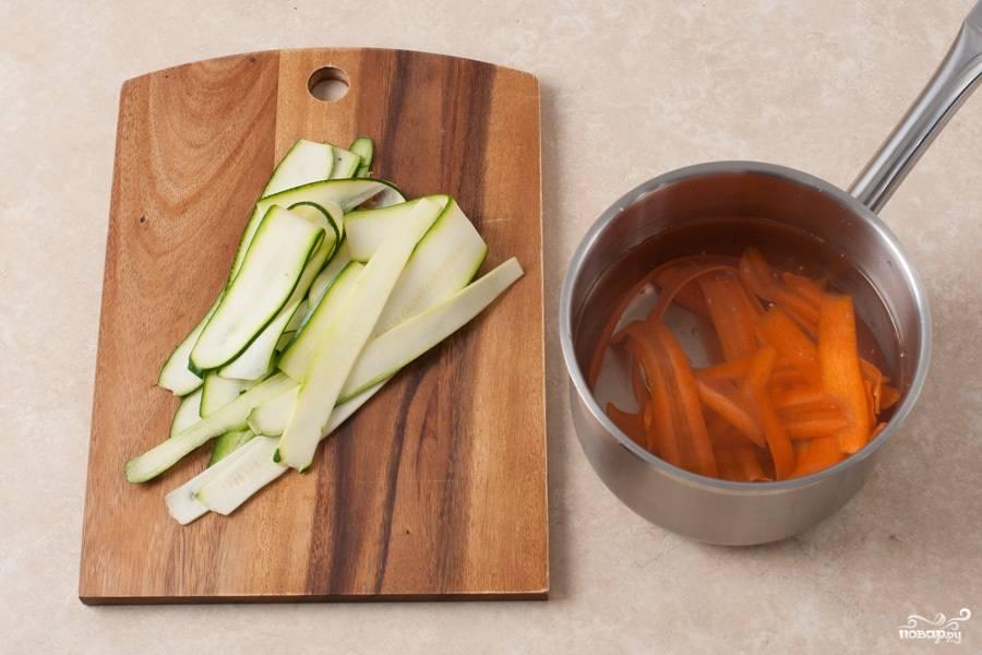 Затем в кастрюлю наливаем примерно литр воды, доводим до кипения и кладем в воду морковь. Бланшируем ее около 30 секунд, затем добавляем цукини и бланшируем еще столько же. Затем перекладываем овощи в дуршлаг, промываем под холодной водой и просушиваем.