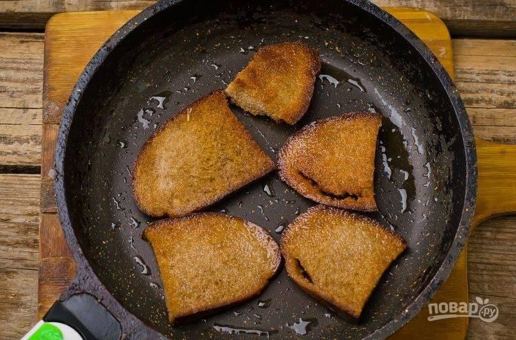 В сковороду влейте растительное масло без запаха и хорошенько его разогрейте на плите. Ржаной хлеб нарежьте на ломтики толщиной около полуснатиметра. Обжарьте хлеб на масле с обеих сторон по несколько минут.