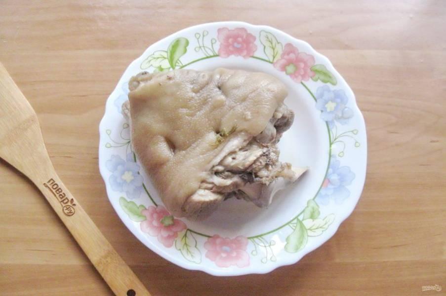 Рульку достаньте из кастрюли. Бульон процедите, он может пригодиться для приготовления щей, борща, любого супа. Только его следует разбавить водой, чтобы не есть сплошной холестерин.