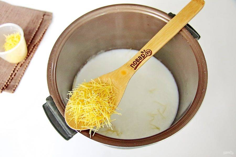 """Установите режим """"Варка на пару"""" на 15 минут (крышку не закрывайте). Как только молоко закипит, добавьте вермишель и перемешайте."""