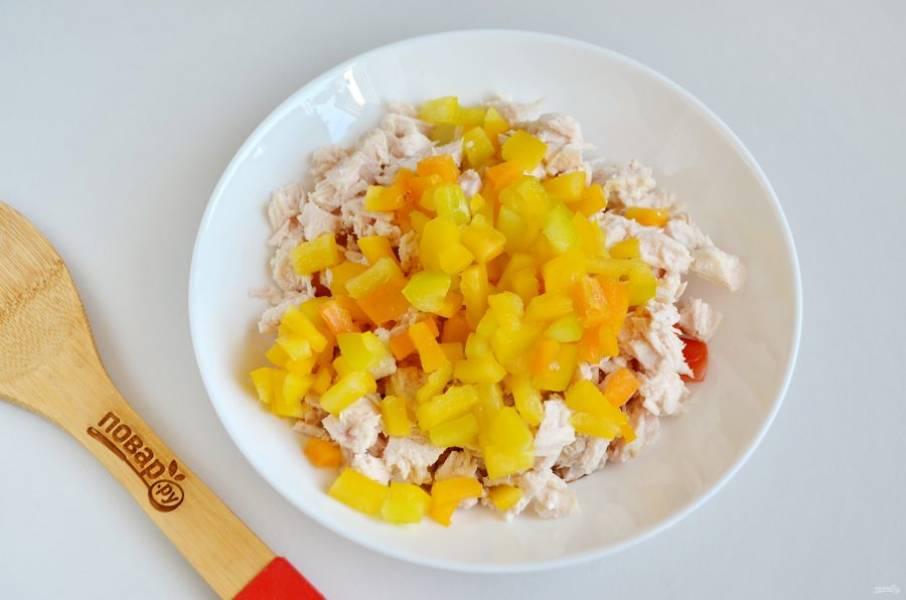 3. Болгарский перец очистите от семян. Порежьте кубиками. Соедините помидоры с перцем и помидорами, перемешайте.