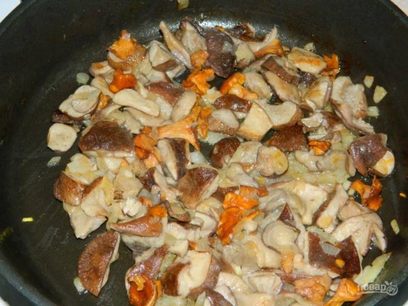 Первым делом начните готовить начинку. Для этого обжарьте грибы с луком. Остудите.