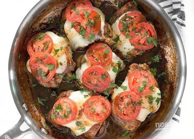7.Накройте сковороду крышкой, чтобы сыр расплавился. Нарежьте мелко зелень и украсьте ей мясо.