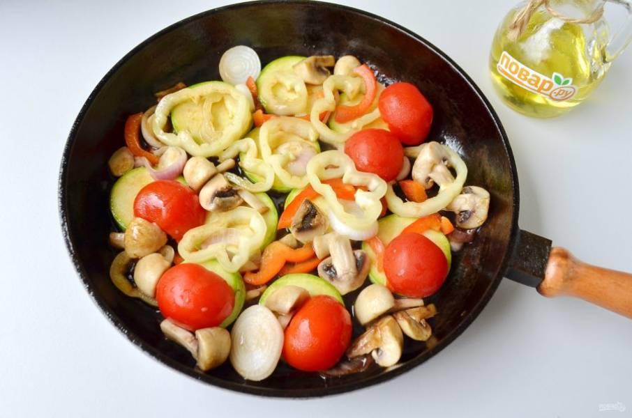 5. Раскалите сковороду с маслом. Закладывайте овощи в порядке такой очереди: лук, грибы, кабачок, перец болгарский и паприку, чеснок, соус. Обжарьте не более 4 минут овощи, положите помидоры, через минуту снимите с огня.
