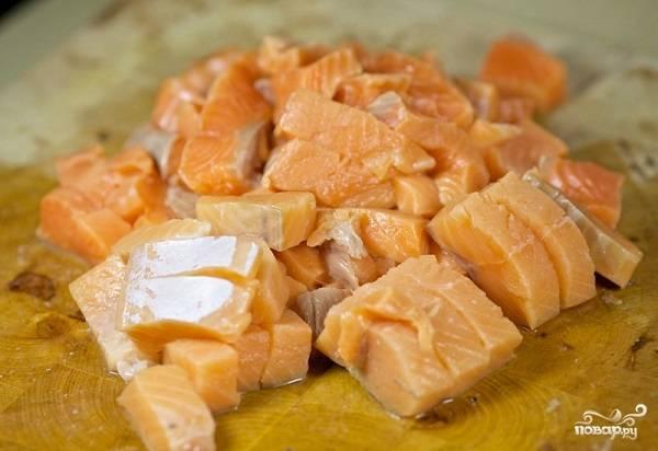 7. Филе рыбы вымойте, как следует обсушите и нарежьте кубиками.
