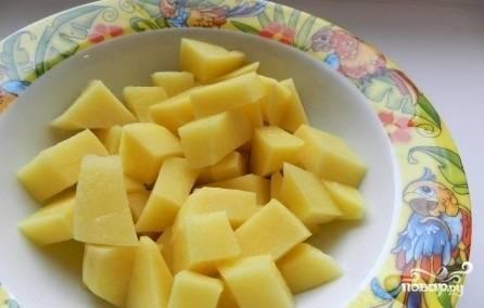 Почистить и нарезать картофель на кубики.