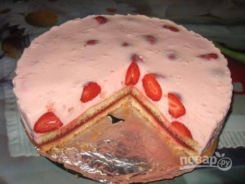 7. После аккуратно снимите борта и нарежьте торт порционными кусочками.  Приятного чаепития!