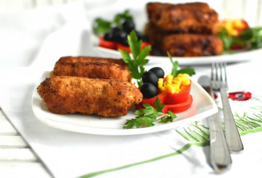 Готовые фламенкины выкладывайте на салфетки для удаления лишнего жира. Подавать сытные фламенкины лучше со свежими овощами или салатами и зеленью.