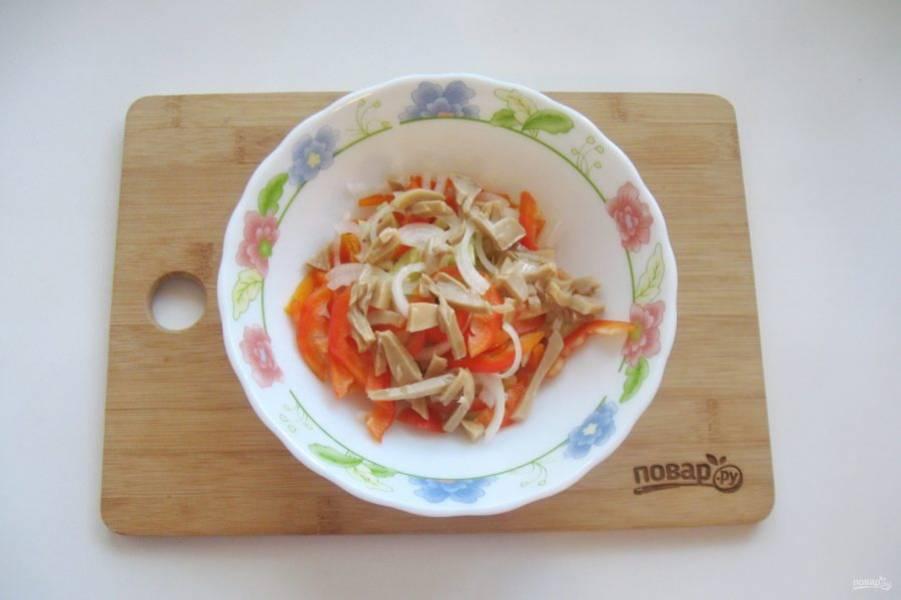 Консервированные шампиньоны нарежьте и добавьте в салат.