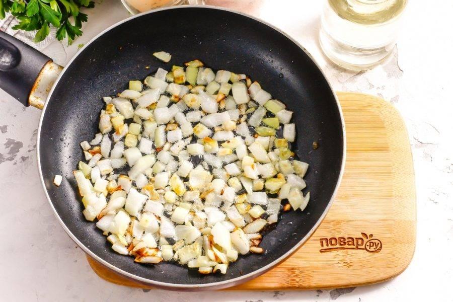 Высыпьте в масло луковую и чесночную нарезку и обжарьте примерно 2 минуты при умеренном нагреве.