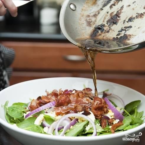 9. Залейте салат соусом, приготовленным в сковороде.