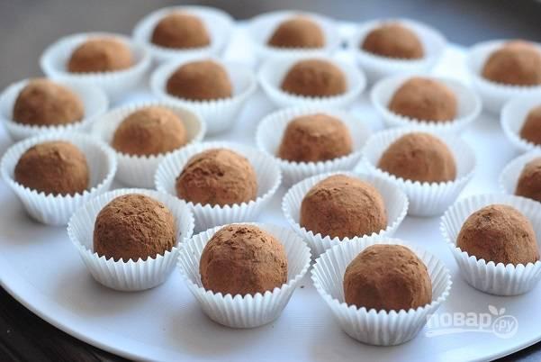 4. Обваляйте каждую конфетку со всех сторон в какао. Вот такая красота! Теперь уберите их в холодильник на часик. Перед подачей можно украсить конфетки веточками от вишенок.  Приятного аппетита!