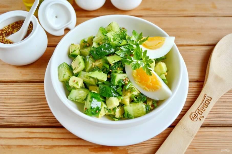 Перемешайте салат. Выложите его в салатник, добавьте две четвертинки яйца. Салат весенний с авокадо и огурцом готов. Приятного аппетита!