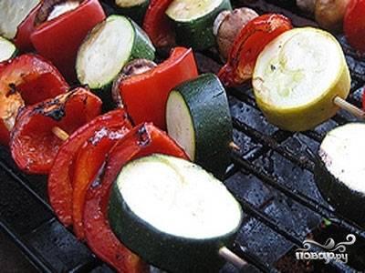 Овощи порезать и нанизать на шампуры. Жарить на углях.