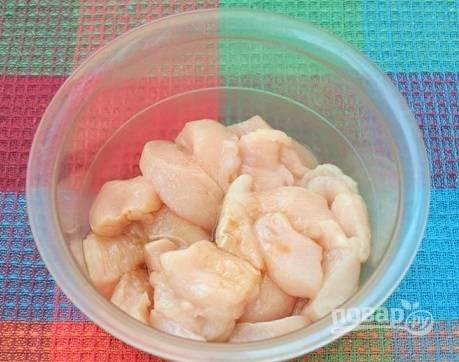 Куриное филе промоем и обсушим. Затем нарежем небольшими кусочками, выложим в тарелку, добавим соевый соус.