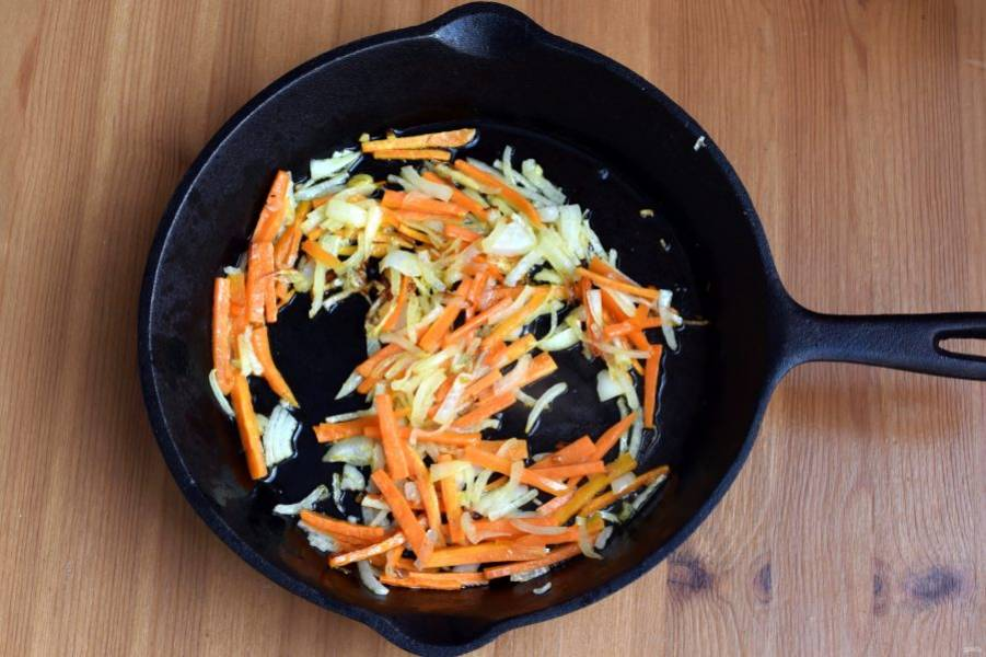 Морковь и лук нашинкуйте соломкой и слегка подрумяньте на масле.