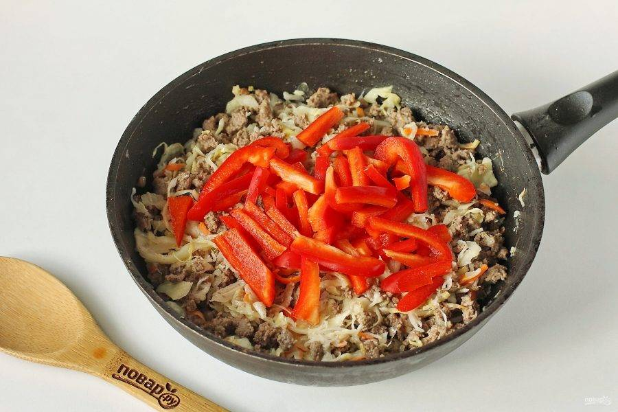 Все перемешайте и добавьте нарезанный небольшой соломкой болгарский перец.