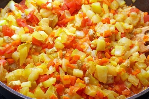 1. На растительном масле сначала обжарим лук, чеснок и морковь, затем добавим патиссоны кубиками. Когда зарумянятся, - добавим помидоры и немного воды.