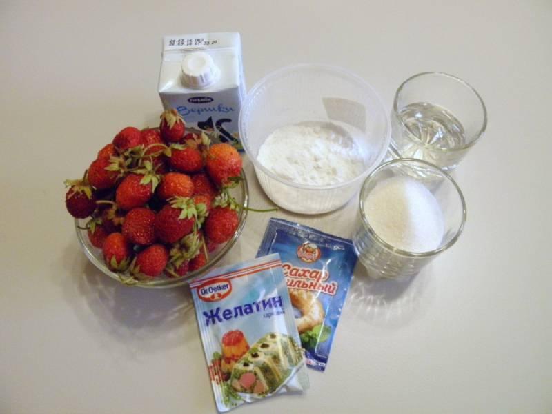 Приготовьте продукты для клубничного мусса. Клубнику тщательно переберите и вымойте, откиньте на сито, чтобы стекла вода. Оборвите хвостики.
