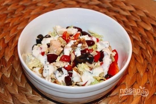 Перемешиваем салат, раскладываем его по тарелкам и поливаем соусом. Если подаете в большом салатнике, размешайте салат с соусом перед подачей.
