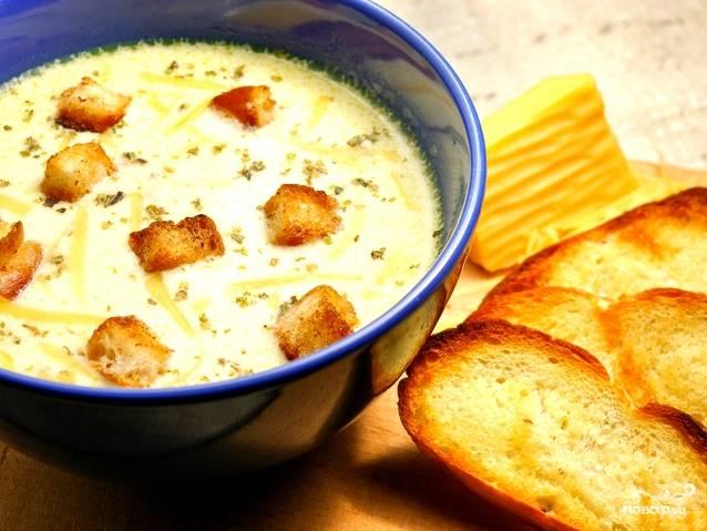 Выключаем суп. По желанию добавляем нарезанную свежую зелень. Натираем сыр на терке, посыпаем им порцию горячего супа непосредственно в тарелке. Добавляем в суп гренки, их также можно подать отдельно. Приятного аппетита!