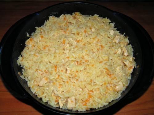 4. Проверяем, все ли хорошо. Если рис еще не готов - добавим еще воды, специй, и готовим еще 10 минут. Затем перемешаем - и можно подавать!