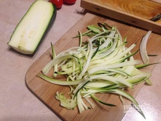 Цукини шинкуем на терке для приготовления корейской морковки.