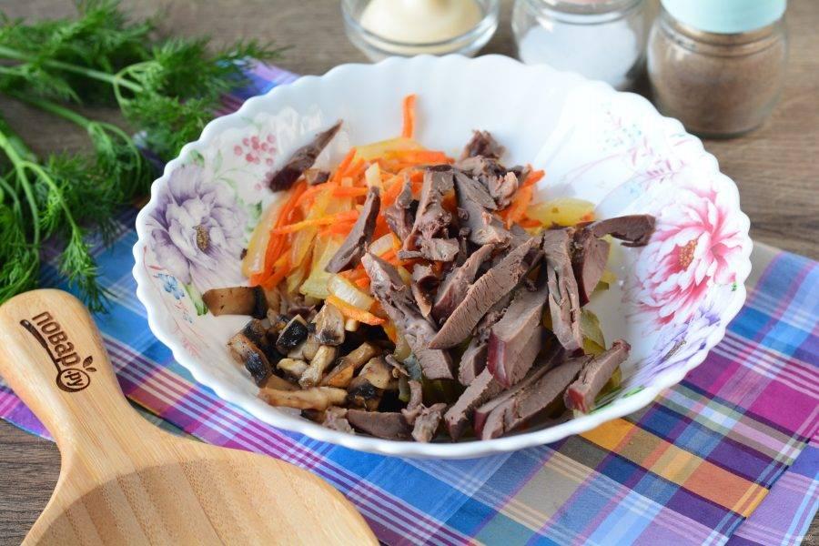Отварите до мягкости сердце, нарежьте его полосками и добавьте в салат. Сердце варите примерно 45 минут.