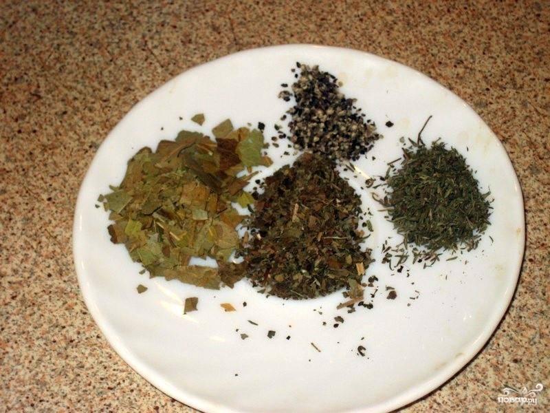 Все специи(я беру кориандр, орегано, тимьян, перец), соль, лавровый лист смешиваем.