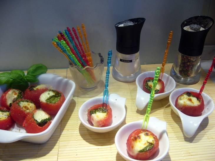 Помидоры должны запекаться в духовке при температуре 200 градусов приблизительно 8-10 минут. Посыпаем помидоры перцем и подаем к столу.
