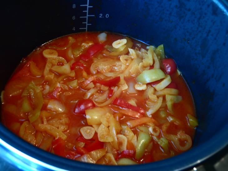 Через полчаса после начала тушения добавляем томатный соус.