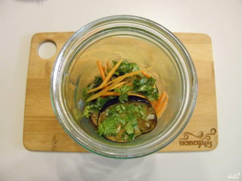 Каждое колечко баклажана окуните в маринад и положите в банку, чередуйте слои баклажанов с тертой морковью.